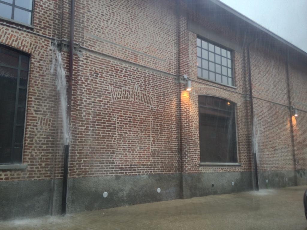 排水管からあふれる雨水